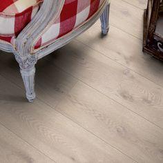 </br> <p>Moderne Grå Eik er et moderne laminatgulv med 2 m lange bord. Følelsen av trebord fremheves ytterligere med faser langs alle de fire kantene. Dette gulvet leveres med trestrukturen Genuine™, en lett polert struktur, som følger treverket ned til