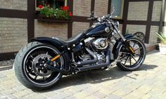 Best classic cars and more! Harley Davidson Breakout Custom, Motos Harley Davidson, Custom Motorcycles, Custom Bikes, Cars And Motorcycles, Best Classic Cars, Bobber Chopper, Moto Bike, New Tricks
