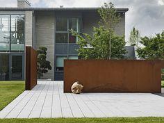 Stramme stålvegger skaper fine uterom - Rusten skjønnhet i hagen - Bo-Bedre.no