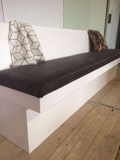 Strakke Sandhamn eetbank met zwarte leren vaste stoffering! Best Kitchen Layout, Dining Room Bench, Sofa, Couch, Sweet Home, House Design, Storage, Bed, Table