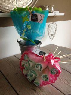 Luierboeket Pink en Blue & Lime: Pink is een basic boeketje van 11 luierbloemen, ingepakt in vloeipapier en folie. Blue&Lime bevat 6 basic bloemen en 5 luxe vilt bloempjes, ingepakt in tule.