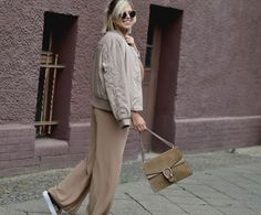 outfit-Ton-in-Ton-NA-KD-Bomber-Jacket-Flared-Pants-velvet-platform-plateau-sneaker-samt-sacha-shoes-Modeblog-Streetstyle-look-berlin-Fashionzauber