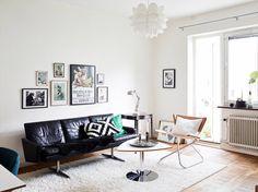 Salon avec canapé en cuir noir design + fauteuil en cuir camel