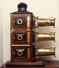 Questa è  la lanterna magica tripla in mogano (1880 ca.), inventata da James Henry Steward
