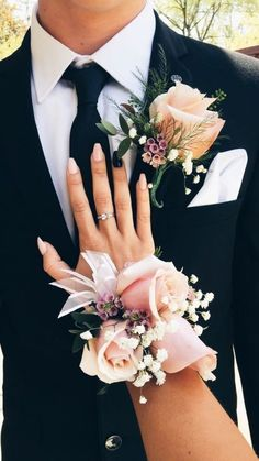 Top 30 Prom Corsage and Boutonniere Set Ideas for 2020 - Show Me Your Dress Prom Pictures Couples, Prom Couples, Cute Homecoming Pictures, Prom Picture Poses, Prom Poses, Prom Corsage And Boutonniere, Groom Boutonniere, Prom Bouquet, Bridesmaid Corsage