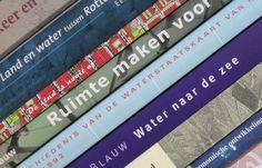 Achterkant visitekaartje Blauw Historisch Onderzoek, met eigen boeken