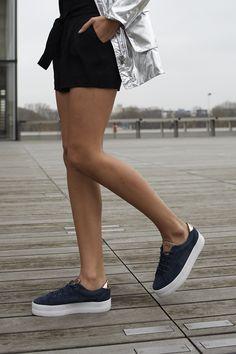 Un look sport chic avec la parka argentée, la combishort noire et les baskets PLATO navy de la collaboration No Name x IKKS #cobranding #ss17 #womenstyle