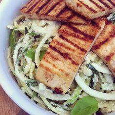 Rå zucchinipasta med cashew/citronbasilikumsauce og sprødstegt tofu #vegan #lunch #veganfood #veganfoodshare #vegetarian #veganrawfoodshare #cleaneating #consciousbites #naturalfood #nutritionable #intermittentfasting #periodiskfaste #fitfamdk #healthyfood #raw #rawfood  #frokost #Padgram