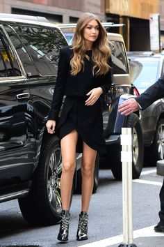 November in New York may inspire some to bundle up, but not Gigi Hadid. On Wednesday, Gigi Hadid headed out in the city to film Today, having slipped into a little black dress that bared her smashing legs. Bella Hadid, Style Gigi Hadid, Gigi Hadid Outfits, Gigi Hadid Body, Gigi Hadid Runway, Vs Fashion Shows, Look Fashion, Street Fashion, Classy Fashion