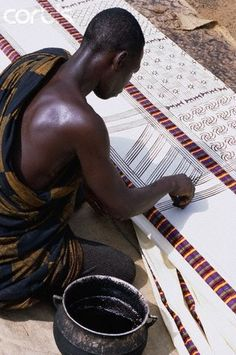 Man Printing Adinkra symbols on a Cloth, Ghana Adinkra are visual symbols, originally created by the Ashanti of Ghana and the Gyaman of Cote d'Ivoire in West Africa, that represent concepts o… African Textiles, African Fabric, We Are The World, People Of The World, Impression Textile, Pattern Texture, Afrique Art, Adinkra Symbols, Sacred Symbols