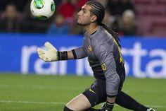 El guardameta del @FC Barcelona, José Manuel #Pinto, tras detener un balón, durante el encuentro.