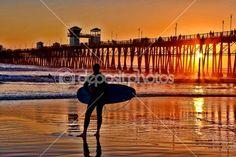 Um surfista recortado aguarda o conjunto perfeito — Imagem de Stock #13878613
