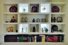 Busca imágenes de Estudios y oficinas de estilo colonial en blanco: librero. Encuentra las mejores fotos para inspirarte y crea tu hogar perfecto.