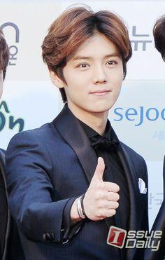 Luhan's new haircut aaah~ still handsome