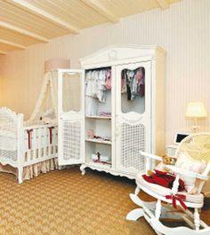 QUARTO DO bebê: o branco predomina no mobiliário, e um espaço prático para a higiene do recém-nascido substitui o banheiro