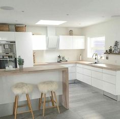 Examples of Scandinavian style kitchen decor - Decoration For Home Minimal Kitchen Design, Minimalist Kitchen, Tiny House Living, Home Living Room, Scandinavian Kitchen, Scandinavian Style, Küchen Design, Kitchen Styling, Kitchen Interior