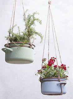 nachhaltig Leben und nicht mehr benütztes Küchengeschirr kreativ wiederverwenden. Tolle Dekoidee für Haus im Landhausstil. Von der Decke Hängende Emaille Töpfe mit Blumen bepflanzen.