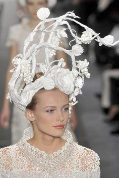Deze headpiece. Alles wit, gebruik van takken. Heel sereen. En niet helemaal dichtgemaakt.