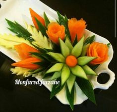 This technique is so useful and easy to make a food garnish flower from cucumber. Fruits Decoration, Vegetable Decoration, Veggie Platters, Veggie Tray, Fruit And Vegetable Carving, Vegetable Recipes, Deco Fruit, Creative Food Art, Food Garnishes