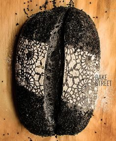 All you want to know about activated charcoal and how to use it with great results to make a sourdough charcoal bread step by step with photos. Bread Art, Pan Bread, Sourdough Recipes, Sourdough Bread, Charcoal Bread, Breakfast Bread Recipes, Cocina Natural, Bread Shaping, Black Food