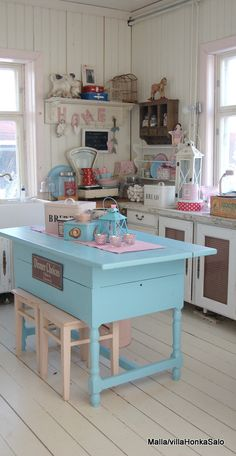 Love this pastel blue. I could do some serious damage in this kitchen