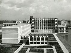 Het nieuwe gebouw van de Rijks H.B.S. en (geheel rechts) het Stedelijk Gymnasium aan de Hugo de Grootstraat, gezien vanuit de Piersonstraat, in noordoostelijke richting. Geheel rechts is de Burgemeester Van Haarenlaan. In gebruik genomen in 1967, officiële opening op 3 november 1967.