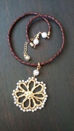 42ee44863576 Collar de piel con flor en chapa de oro y perla swarovsky