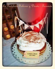 Torta de 3 leches, muy fresca, húmeda, y dulce, delicada decoración con banderines. #mesadulce #boda
