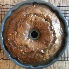 Il est à couper le souffle! Aussi joli que savoureux! Easy Desserts, Delicious Desserts, Dessert Recipes, Sauce Au Caramel, Mousse Au Chocolat Torte, Cookie Cake Pie, Pie Tops, Cupcakes, Pound Cake Recipes