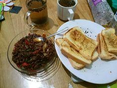 Garlic bread + daging cincang lada hitam + teh anget = kenyang