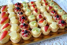 TARTELLETTE+ALLA+FRUTTA+come+quelle+della+pasticceria! Bakery Recipes, Tart Recipes, Dessert Recipes, Cooking Recipes, Mini Patisserie, Mini Tart, Food Stall, Snacks Für Party, Food Platters