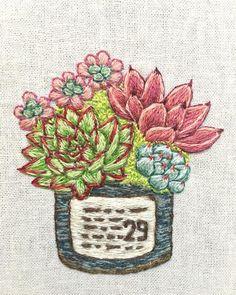 今週は#アガボイデス を 刺繍したくなりましたので、 #魅惑の宵 を主役に、 右奥には#ロメオ 手前には #野薔薇の精 バックには#オーロラ 、 隙間に#セダム を入れました。 出品準備が整いましたら、また お知らせします。 : : #succulent #多肉 #多肉植物 #寄せ植え #多肉寄せ植え #刺繍 #手刺繍 #エケベリア #succulents #cuctus #embroidelicious #embroidery #handembroidery #ちくちくくまこ