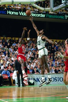"""""I think he's God disguised as Michael Jordan."" - Larry Bird on MJ in Playoffs Michael Jordan Unc, Mike Jordan, Jeffrey Jordan, Michael Jordan Basketball, Boston Celtics, Jordan Videos, Curry Nba, Kobe Bryant Nba, Jordan Photos"