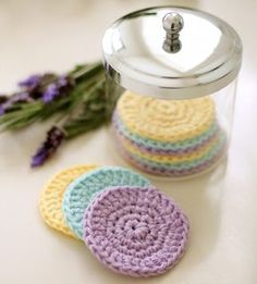 Save the environment & add a homemade touch with this quick, easy pattern for reusable crochet face scrubbies. These washable cotton face cleansing pads are great for removing makeup & can be made up in less than half an hour. Crochet Diy, Crochet Faces, Crochet Gratis, Easy Crochet Patterns, Crochet Home, Knitting Patterns, Cotton Crochet, Crochet Ideas, Quick Crochet Gifts