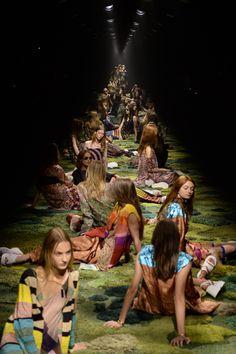 Pilier de la fashion week de Paris, Dries van Noten défilait cet après-midi à Paris. Le fait marquant du show printemps-été 2015 du créateur belge ? La scénographie féérique, et...