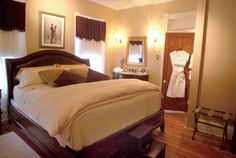The Ellington Honeymoon Package at Magnolia House Inn: Rose-Petal Linen Service; Champagne, or Sparkling Cider; 2 Nights in our Luxurious Ellington Suite with spa tub; Full Breakfast each day - See more at: http://www.maghousehampton.com/ellington_suite_details.html#sthash.J9498NoD.dpuf
