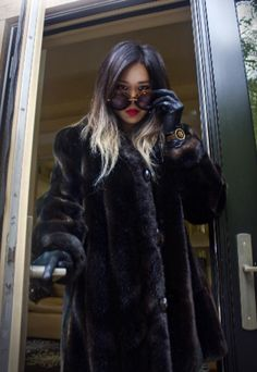 Leather Gloves, Women's Gloves, Fur Coat, Lady, People, How To Wear, Photography, Beautiful, Furs