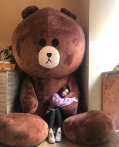 Girl with daddy bear Huge Teddy Bears, Giant Teddy Bear, Teddy Day, Teddy Girl, Teddy Bear Gifts, Teddy Bear Toys, Giant Stuffed Animals, Teddy Bear Pictures, Bear Girl