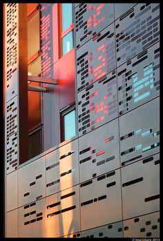 Patroon aan de hand van een DNA genoom of Morse? Mall Facade, Retail Facade, Laser Cut Panels, Metal Panels, Facade Architecture, Beautiful Architecture, Facade Design, House Design, Solar Shades