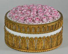 traumhafte ROSEN PORZELLANDOSE AKANTHUSBLATTMONTIERUNG feuervergoldet ca. 1860