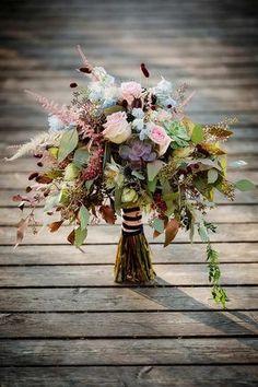 Eine Hochzeit rustikal und zeitlos. Dieser Brautstrauß mit Rosen passt perfekt als Motto für eine Landhochzeit.