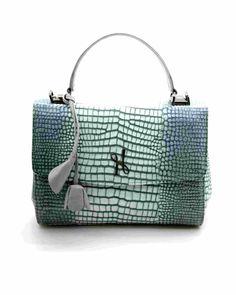 Sac à main Luxembourg Nouveaux coloris ! Ce sac à la fois pratique et élégant est idéal pour apporter une touche glamour à toutes tenues. Il est à la fois structuré et très souple, et permet également de garder les mains libres grâce à sa bandoulière, ce qui le rend très pratique pour un usage quotidien.   #Hayariparis #leatherbag #luxurybrand #frenchbrand