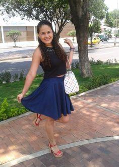 Fashion Blogger #ArmarioTV Falda azul  y crop  top Negro