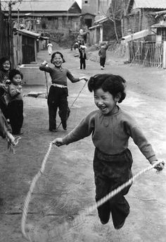 Photographer: Han, Young-Soo Majority of his photo is concerned about ordinary korean people after korean war. Quite sensitive&sort of sharp modernism in everywhere. Old Pictures, Old Photos, Vintage Photographs, Vintage Photos, Fotojournalismus, Street Photography, Photography Tips, Landscape Photography, Travel Photography