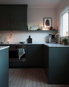 my scandinavian home: Green and Pink Accents in a Beautiful Swedish Family Home Kitchen Cabinets Decor, Farmhouse Kitchen Cabinets, Kitchen Cabinet Design, Kitchen Interior, Kitchen Walls, Green Kitchen, New Kitchen, Kitchen Dining, Kitchen Ideas
