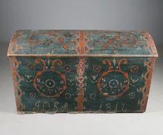 Rosemalt kiste med eierinitialer og datering 1817. L: 122 cm. Bunn m/markskader. Prisantydning: ( 600 - 800)