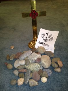 Ash Wednesday. Stones represent burdens of sin, guilt, grief we lay at the cross. Ash Wednesday Prayer, Ash Wednesday Service, Church Altar Decorations, Easter Table Decorations, Church Activities, Easter Activities, Lent Prayers, Holy Saturday, Maundy Thursday