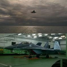 Imagen Superior: Uno de los novisimos MiG-29K se apresta a apontar en el…