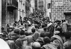 Refugiats travessant el poble de Cotlliure al 1939