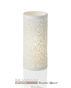 Lampada in Porcellana bianca con meravigliosi decori floreali intagliati, perfetta per impreziosire con eleganza e raffinatezza gli ambienti della vostra casa. Potrete scegliere tra due diverse dimensioni in base alle vostre esigenze: Grande o Media.  Misure Grande: Diametro 12 cm – Altezza 28 cm. Media: Diametro 11 cm – Altezza 24 cm.